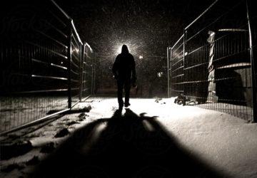 jalan sendirian di malam hari